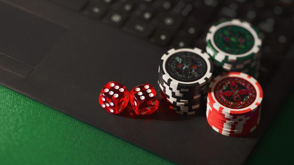 kazino žetonai ir kauliukai